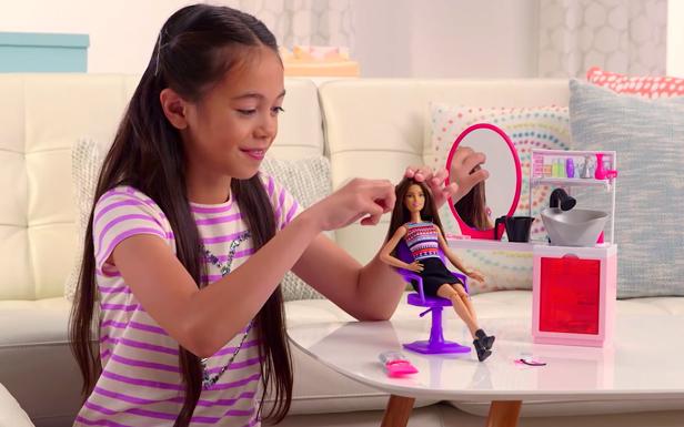 Vídeo de demostración de la Peluquería purpurina mágica de Barbie